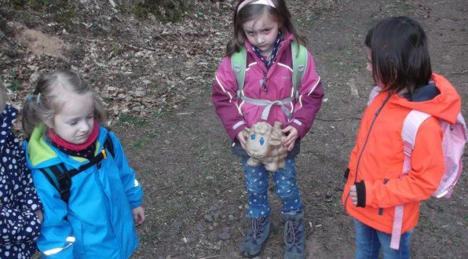 Emma den ganzen Tag im Wald